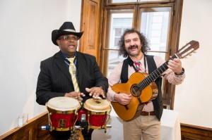 عازفان ومغنيان من امريكا الجنوبية في المعرض
